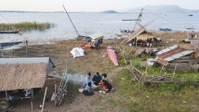 Lärare och studenter som campar utomhus- utomhus- aktivitet som lär Arkivbilder