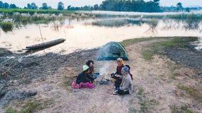 Lärare och studenter som campar utomhus- utomhus- aktivitet som lär Fotografering för Bildbyråer