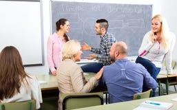 Lärare och studenter under avbrott Royaltyfri Fotografi