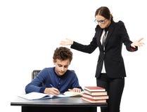 Lärare som är förvirrad på vad studenten skriver i hans anteckningsbok Arkivbilder