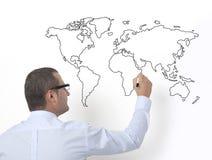 Lärare som drar världskartan arkivfoton