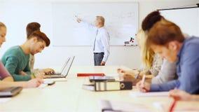 Lärare som förklarar företagsekonomi arkivfilmer