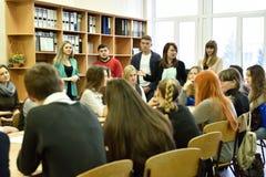 Lärare som framlägger deras universitet för presumtiva studenter Royaltyfri Foto