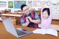 Lärare som ger applåd på hans smarta student royaltyfri bild