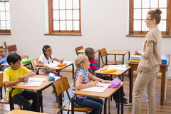 Lärare som ger en kurs i klassrum royaltyfria bilder