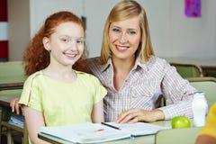 Lärare som ger flicka privata kurser efter skola royaltyfri foto