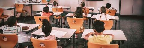 Lärare som ger kurs till hennes studenter arkivbilder