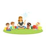 Lärare som läser en saga till ungar, medan sitiing på en matta, barns utbildning och uppfostran i skolan, förträning stock illustrationer