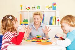 Lärare som talar med barn. Fotografering för Bildbyråer