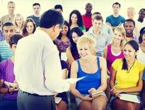 Lärare Speaker Notes Concept för föreläsning för gruppfolk tillfällig Arkivbild