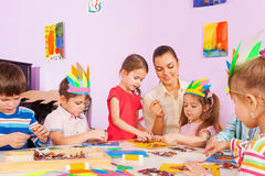 Lärarearbete med ungar i förskole- grupp för konst royaltyfria bilder