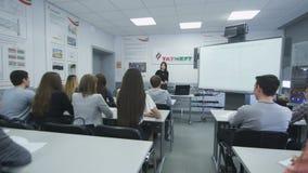 LärareGives Lecture Uses projektor i grupprum stock video
