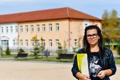 Lärarekvinna som är utomhus- i en solig dag royaltyfri bild