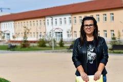 Lärarekvinna som är utomhus- i en solig dag arkivfoto