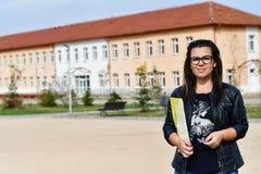 Lärarekvinna som är utomhus- i en solig dag arkivbilder