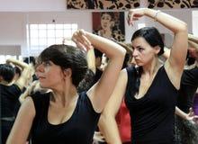 Läraren av flamencodansaren Leonor Leal för grupper i dansstudion arkivbild