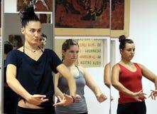 Läraren av flamencodansaren Leonor Leal för grupper i dansstudion arkivfoto