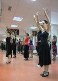 Läraren av flamencodansaren Leonor Leal för grupper i dansstudion royaltyfria bilder