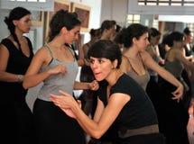 Läraren av flamencodansaren Leonor Leal för grupper i dansstudion royaltyfria foton