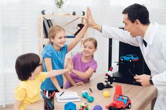 Läraren berättar barnen under kursen hur skrivaren 3D fungerar Arkivbilder
