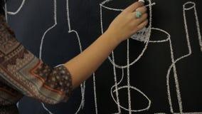 Läraren förklarar till grundläggande kunskap för studenter av bildlig konst stock video