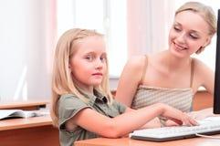 Läraren förklarar uppgiftsskolflickan Royaltyfria Bilder