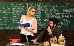 Läraren låter studenter veta, att de kan bero inte bara på henne och att studera bildande bakgrund för matematik, affären royaltyfria bilder