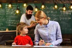 Läraren låter studenter veta, att de kan bero inte bara på henne, utbildning ska undervisa en att tänka intensivelyTutors arkivfoton