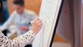 Läraren skriver på Flipchart för studenter Eller affärsmöte i kontoret stock video