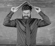 Läraren uppsökte mannen med modern svart tavlabakgrund för bärbara datorn Skolan blåser hans mening Kan inte få van vid lärare arkivfoton