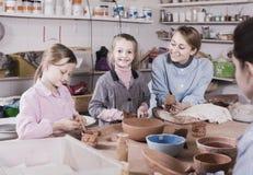 Lärareportiontonåringar på danandekrukmakeri under konster och craf Royaltyfria Foton