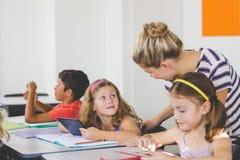 Lärareundervisningungar på den digitala minnestavlan arkivfoton