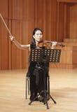 Lärarezhangqiaoxi av det xiamen universitetet som spelar fiolen Arkivbild