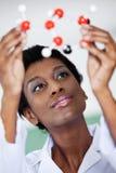 Lärarinna Examining Molecular Structure Fotografering för Bildbyråer