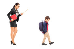 Lärarinna som disciplinerar en skolpojke Arkivfoto