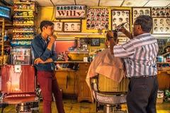 Lärlingen i barberaren shoppar Arkivbilder