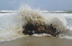 Lärmende Wellen, blaues Meer Stockfoto