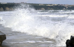 Lärmende Wellen, blaues Meer Lizenzfreie Stockbilder