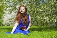 Läs- anteckningsbok för härlig ung flicka royaltyfri foto