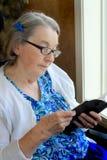 Läs- bibel för handikappad kvinna royaltyfri bild