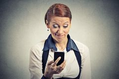 Läs- dåliga nyheter för missnöjd ung affärskvinna på den smarta telefonen arkivbild