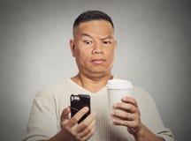 Läs- dåliga nyhetersms för bekymrad skeptisk förvånad man på smartphonen royaltyfri bild
