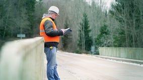 Läs- dokumentation för tekniker på bron stock video