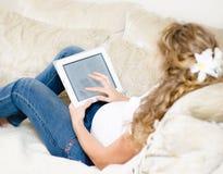 Läs- ebook för gravid kvinna Royaltyfri Fotografi