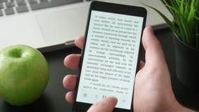 Läs- eBook på smartphonen stock video