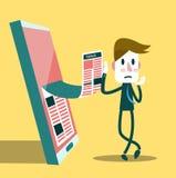 Läs- ekonominyheter för affärsman från hans smarta telefon Arkivbilder