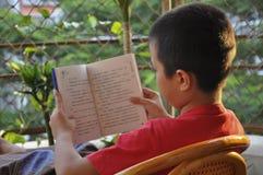Läs en bok, läsa och att lära Arkivbilder