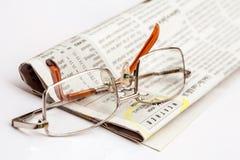 Läs- exponeringsglas på tidningen Royaltyfria Foton