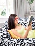 Läs- flicka Fotografering för Bildbyråer