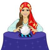 Läs- framtid för härlig kvinna för förmögenhetkassör på magisk kristallkula Royaltyfri Fotografi